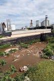 Ein Fluss verunreinigt mit Abfall von einer nahe gelegenen Fabrik Lizenzfreie Stockbilder