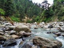Ein Flusswasser, das die Berge durchfließt Stockfotos