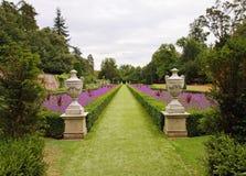 Ein formaler englischer landschaftlich verschönerter Garten Lizenzfreie Stockfotografie
