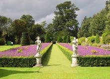 Ein formaler englischer landschaftlich verschönerter Garten Stockfotografie