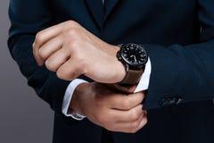 Ein Foto einer männlichen Handnahaufnahme Die Uhr der Männer auf der Handnahaufnahme Art und Erfolg im Foto lizenzfreie stockfotos