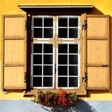 Ein Foto eines Weinlesefensters mit Fensterläden lizenzfreie stockbilder