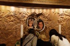 Ein Foto von Dodi und Diana bei Harrods Stockbild