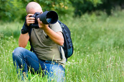 Ein Fotograf besetzt bei der Arbeit Lizenzfreie Stockfotos