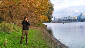 Ein Fotograf, der die Donau fotografiert stockfotografie