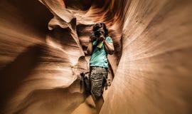 Ein Fotograf in der unteren Antilopen-Schlucht lizenzfreies stockfoto