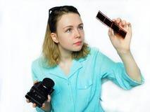 Ein Fotograf erforscht einen alten Fotofilm Lizenzfreies Stockbild