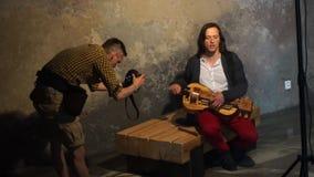 Ein Fotograf macht Fotos des Musikers stock video footage
