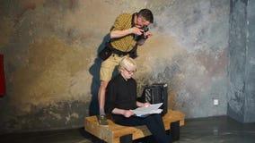 Ein Fotograf macht Fotos eines Albinomusikers stock footage
