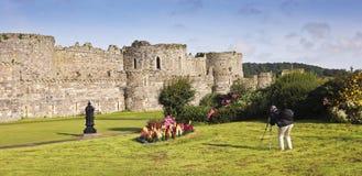 Ein Fotograf schießt Beaumaris Schloss auf Anglesey Stockbild