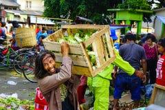 Ein fröhliches Gesicht eines Gemüsestallinhabers lizenzfreie stockfotografie