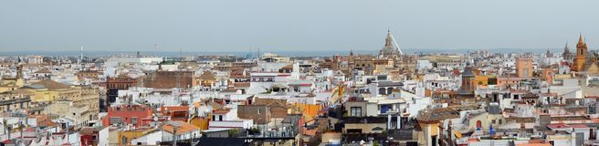 Ein Frühling Mai-Himmel über alten Stadtdächern Spanisch-Sevillas stockfoto