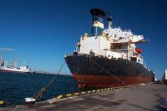 Ein Frachtschiff lizenzfreie stockfotografie