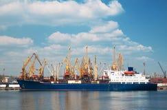 Ein Frachtschiff stockfotos