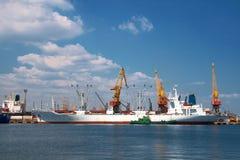 Ein Frachtschiff stockbild