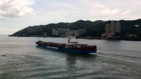 Ein Frachtschiff, das Hong Kong über Tung Wan Bay nahe dem MA Wan Island lässt Eine Ansicht von einem quadcopter stock video