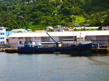 Ein Frachtschiff, das an Kingstown-Hafen auslädt Stockfotos
