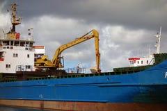Ein Frachtschiff, das in Kingstown, St. Vincent auslädt lizenzfreies stockbild