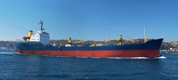 Ein Frachtschiff im Bosphorus lizenzfreies stockbild
