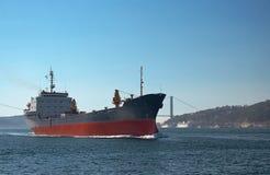 Ein Frachtschiff im Bosphorus stockbild