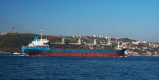 Ein Frachtschiff im Bosphorus stockbilder