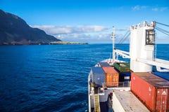 Ein Frachtschiff kommt nach Edinburgh der sieben Meere, Tristan da Cunha-Insel an Süd-Atlantik lizenzfreie stockfotografie