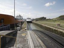 Ein Frachtschiff und ein Kreuzschiff an Miraflores-Verschlüssen, Panamakanal Stockbilder