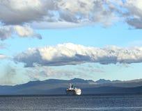 Ein Frachtschiffsegeln herauf den Spürhundkanal Lizenzfreie Stockbilder