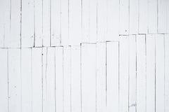 Ein Fragment der hölzernen Wand gemalt im Weiß durch Kalk und Kolbennaht mitten in dem Bild Stockfotografie