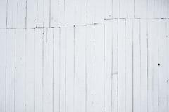 Ein Fragment der hölzernen Wand gemalt mit Kalk, die Rückseite des Hauses Stockbild