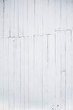 Ein Fragment der hölzernen Wand gemalt mit Kalk, die Rückseite des Hauses Stockfotos