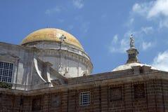 Ein Fragment der Kathedrale des heiligen Kreuzes in der alten Seestadt von Cadiz wird eins von den größten in Spanien betrachtet stockfotografie