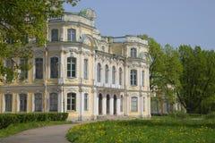 Ein Fragment des façade der Villa von der Kaiserfamilie Znamenka Peterhof Lizenzfreie Stockfotos