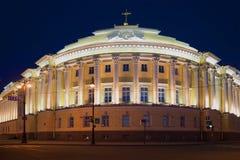 Ein Fragment des Gebäudes des Bundesverfassungsgerichts nachts Ansicht von Admiralitäts-Damm, St Petersburg Lizenzfreie Stockfotos