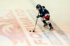 Ein Fragment des Hockeystrafschusses führte durch den jungen Hockeyspieler durch Lizenzfreies Stockbild