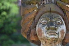 ein Fragment einer alten hölzernen Statue beschädigt bis und Natur - ein Nahaufnahmegesicht stockbild