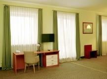Ein Fragment eines Innenraums des Hotelzimmers mit grünen Vorhängen Lizenzfreie Stockbilder