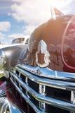 Ein Fragment eines Retro- Autos auf einem Hintergrund der Strahlen der Sonne vin Lizenzfreie Stockfotografie