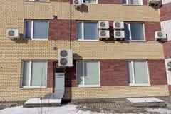 Ein Fragment eines Wohngebäudes des mehrstöckigen Ziegelsteines mit installierter Klimaanlage Nizhny Novgorod Russland Lizenzfreie Stockfotos