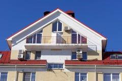 Ein Fragment eines Wohngebäudes des mehrstöckigen Ziegelsteines mit installierter Klimaanlage Nizhny Novgorod Russland Lizenzfreies Stockfoto