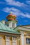 Ein Fragment von Prinzen Menshikov Palace in Oranienbaum mit einer fürstlichen Krone auf dem Dach Stockbilder