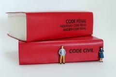 Ein französischer Gesetzescode mit einem Mann und einer Frau, die Familienrecht symbolisieren Lizenzfreie Stockfotografie