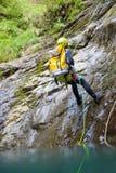 Ein Frau Canyoning in den Pyrenäen, Spanien Lizenzfreie Stockbilder