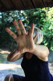 Ein Frau don& x27; t möchten fotografiert werden Stockbild