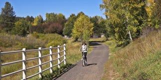 Ein Frauen-Radfahrer-Fahrten im Fall Lizenzfreies Stockfoto