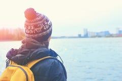 Ein Frauenreisender untersucht heraus den Abstand auf einer Stadt durch einen See stockfotos