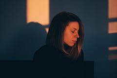 Ein Frauensitzen allein und deprimiert Lizenzfreie Stockfotos