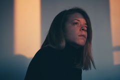Ein Frauensitzen allein und deprimiert Lizenzfreie Stockfotografie