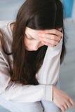 Ein Frauensitzen allein und deprimiert Lizenzfreies Stockbild