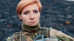 Ein Frauensoldat mit einer Waffe stock video footage